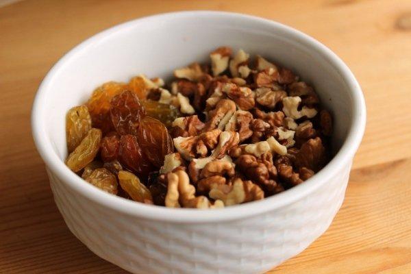 Орехи и изюм