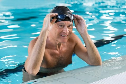 Мужчина-гипертоник в бассейне