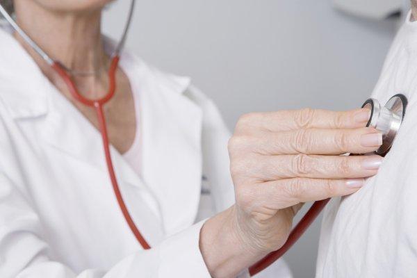 Доктор слушает пациента