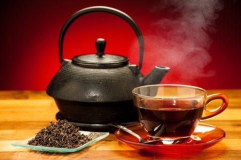 Заваренный черный чай