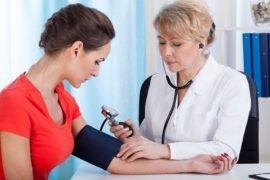 Измерение давления у женщины