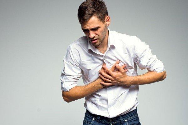 Колющая боль в области сердца: причины, что делать?