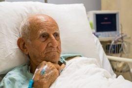 Пожилой человек после инфаркта