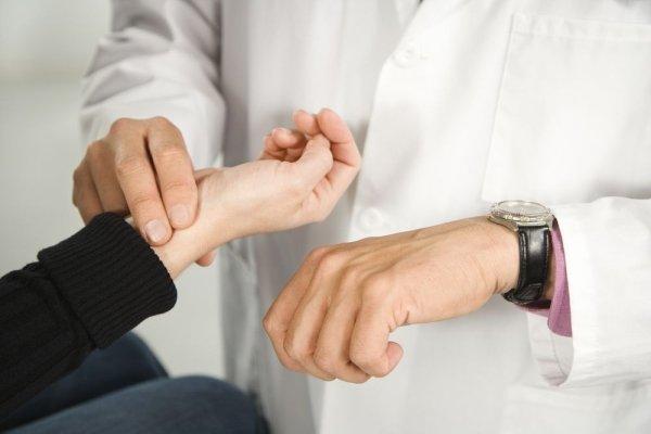Доктор измеряет пульс