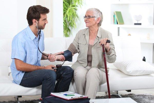 Пожилой женщине меряют давление