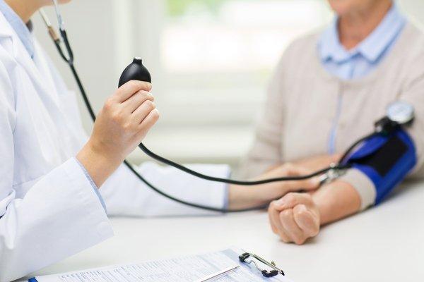 Доктор измеряет давление и пульс