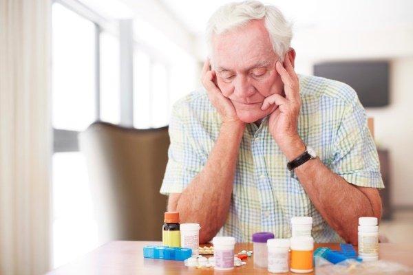 Пожилой мужчина возле лекарств