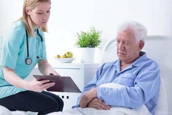 Пациент в больнице с врачом