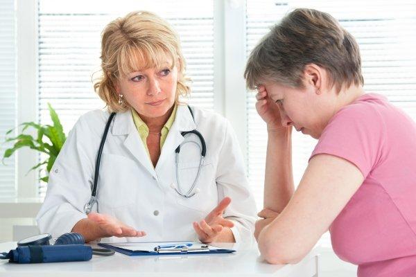 Женщина с анемией у доктора